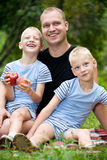 Gelukkige papa met tweelingjongens Royalty-vrije Stock Afbeelding