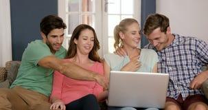 Gelukkige paren die laptop samen met behulp van stock video
