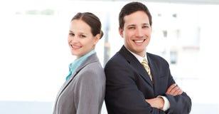 Gelukkige partners die togetherback stellen te steunen stock afbeeldingen