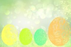 Gelukkige Pasen achtergrond De abstracte groene weide met de lente bloeit en vier kleurrijke paaseieren en de heldergroene lente stock illustratie