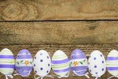 Gelukkige Pasen-achtergrond met eieren Stock Afbeeldingen