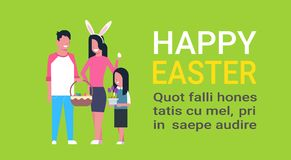 Gelukkige Pasen-Affiche met de Jonge Familie het Vieren Slijtage Bunny Ears And Holding Basket van de de Lentevakantie met Eieren Royalty-vrije Stock Afbeeldingen