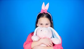 Gelukkige Pasen Beste Pasen ooit Eijacht Geïsoleerd op witte achtergrond Meisje met hazenstuk speelgoed De lentepartij Kind in ko royalty-vrije stock afbeeldingen