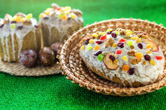Gelukkige Pasen! De cake en de eieren van Pasen op het groene gras Stock Foto's