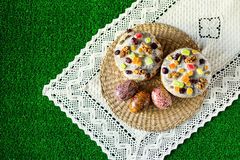 Gelukkige Pasen! De cake en de eieren van Pasen op het groene gras Royalty-vrije Stock Fotografie