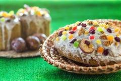 Gelukkige Pasen! De cake en de eieren van Pasen op het groene gras Stock Foto