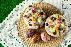 Gelukkige Pasen! De cake en de eieren van Pasen op het groene gras Royalty-vrije Stock Afbeelding