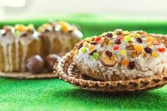 Gelukkige Pasen! De cake en de eieren van Pasen op het groene gras Royalty-vrije Stock Foto