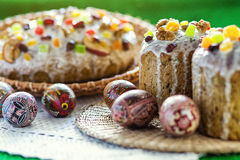 Gelukkige Pasen! De cake en de eieren van Pasen op het groene gras Royalty-vrije Stock Afbeeldingen