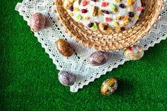 Gelukkige Pasen! De cake en de eieren van Pasen op het groene gras Stock Fotografie