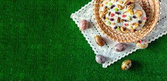 Gelukkige Pasen! De cake en de eieren van Pasen op het groene gras Opy kuuroord Ð ¡ Royalty-vrije Stock Fotografie
