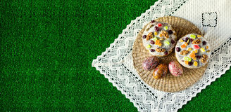 Gelukkige Pasen! De cake en de eieren van Pasen op het groene gras Opy kuuroord Ð ¡ Stock Fotografie