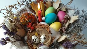 Gelukkige Pasen die rode kaars in een mand aansteekt stock video