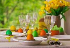Gelukkige Pasen! Dienend voor de Pasen-lijst, in het gele decor royalty-vrije stock fotografie