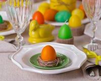 Gelukkige Pasen! Dienend voor de Pasen-lijst, in het gele decor stock afbeelding