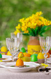 Gelukkige Pasen! Dienend voor de Pasen-lijst, in het gele decor royalty-vrije stock afbeeldingen