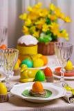 Gelukkige Pasen! Dienend voor de Pasen-lijst, in het gele decor royalty-vrije stock afbeelding