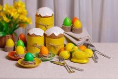 Gelukkige Pasen! Dienend voor de Pasen-lijst, in het gele decor royalty-vrije stock foto