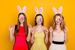 Gelukkige Pasen! Drie mooie, in, grappige, grappige meisjes die B dragen Royalty-vrije Stock Afbeeldingen