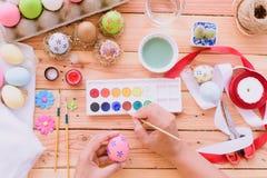 Gelukkige Pasen! Een vrouwenhand die paaseieren schilderen Gelukkige familie PR royalty-vrije stock fotografie