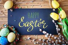 Gelukkige Pasen Felicitatiepasen-achtergrond Paaseieren en Bloemen royalty-vrije stock afbeelding