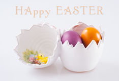 Gelukkige Pasen-groetkaart die binnen van ceramisch gevuld ei tonen Royalty-vrije Stock Foto