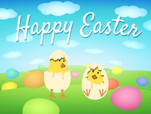 Gelukkige Pasen-Kaart met kip en gekleurde eieren Stock Foto's