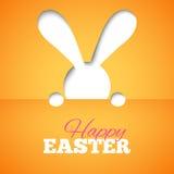 Gelukkige Pasen-kaart met verbergend konijntje en doopvont op oranje document achtergrond Stock Fotografie