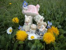 Gelukkige Pasen! Konijntjes met paaseieren voor het plattelandshuisje royalty-vrije stock foto's
