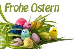 Gelukkige Pasen met eieren en kuikens Stock Foto's
