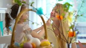 Gelukkige Pasen! Moeder en dochter die pret en verf hebben elkaar de Konijntjesgezichten van ` s stock videobeelden