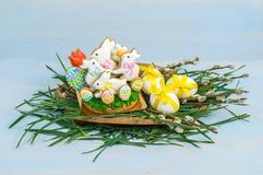 Gelukkige Pasen Pasen-koekjes wit konijntje en decoratieve eieren Stock Foto's