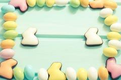 Gelukkige Pasen Pastelkleur zoete eieren en chocoladekonijnen op muntachtergrond Kader Hoogste mening Copyspace stock foto's