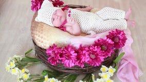 Gelukkige pasgeboren baby in een mand op de vloer stock videobeelden