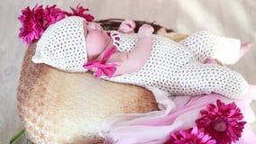 Gelukkige pasgeboren baby in een mand op de vloer stock video