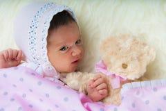 Gelukkige pasgeboren meisjeswhit teddy haar Royalty-vrije Stock Foto