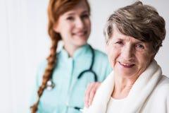 Gelukkige patiënt van geriatic afdeling royalty-vrije stock afbeelding