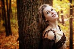 Gelukkige peinzende jonge vrouw in aard Royalty-vrije Stock Foto's