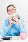Gelukkige peinzende onderneemster met een ventilator van dollar 100 Stock Afbeelding