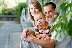 Gelukkige perfecte jonge familie royalty-vrije stock afbeelding