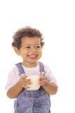 Gelukkige peuter met een glas melk stock foto's