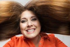 Gelukkige positieve vrouw met lang bruin haar royalty-vrije stock afbeelding