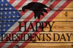 Gelukkige Presidenten Day groetkaart op houten achtergrond stock foto's