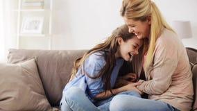 Gelukkige pret hebben en familie die thuis kietelen stock video