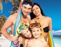 Gelukkige pretfamilie met twee kinderen bij tropisch strand Royalty-vrije Stock Foto