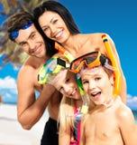 Gelukkige pretfamilie met twee kinderen bij tropisch strand Royalty-vrije Stock Foto's