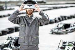 Gelukkige raceauto op het kartspoor stock foto