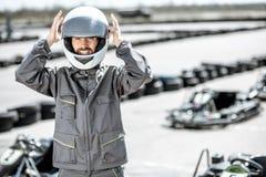 Gelukkige raceauto op het kartspoor stock foto's