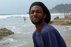 Gelukkige rasta-mens op het strand van vreedzame oceaan Stock Afbeelding