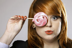 Gelukkige redhairvrouw met lollysuikergoed Royalty-vrije Stock Foto's